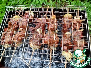 Lay liver kebabs on the grill, place on grill. Remaining marinade, frying, lightly coat the kebabs with a brush.