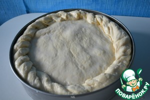 Now roll out the remaining piece of dough and cover the pie. Stung the edge.