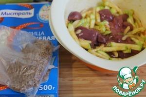 Печень вымыть, обсушить, нарезать на длинные кусочки и добавить к кабачкам.   Перемешать.