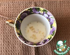 Первым делом нужно вскипятить все молоко (180г) и немного остудить.    Теперь готовим ванильный слой. Отмеряем 5г желатина и замачиваем его в 50г молока 15 минут. После этого растворяем желатин на водяной бане и 5 минут остужаем.