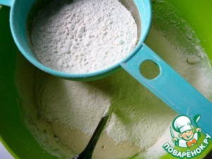 Просеять муку и замесить мягкое тесто.