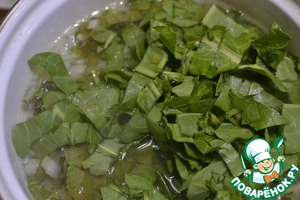 In broth with poached chicken, put the onions, sorrel, 5минту boil, add lemon juice, salt, pepper, cook for 2-3 minutes. The soup is ready. Give it infuse for about 5 minutes and you can eat.
