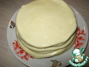 И выложить на тарелку стопочкой, не забывая промазывать маслом с обеих сторон, дать полежать 10 минут.