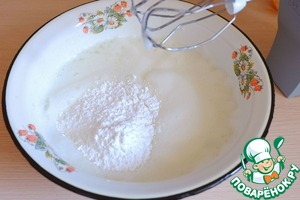 In a bowl add 1 egg white, whisking slowly add the powdered sugar (100 gr.)