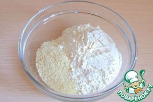 В отдельной миске соединить пшеничную муку (100 гр.) и миндальную муку (50 гр.)