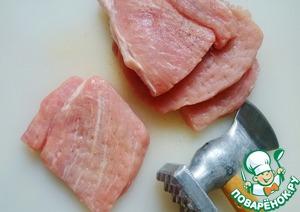 Свинину режем ломтиками, отбиваем, солим и перчим по вкусу.