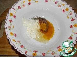 Соединить для соуса-маринада, майонез, мед, аджику, лимонный сок, добавить куркуму и базилик.
