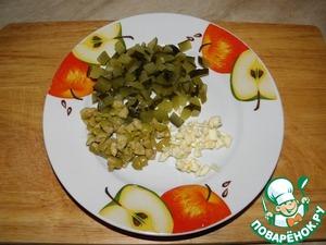 Огурец, оливки и чеснок мелко нарезать