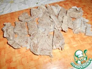 Вытащить говядину, нарезать её порционно, отправить обратно в бульон вместе со смесью для бульона.