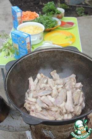"""In hot fat spread the ribs and cut with boneless pork ribs. Fry until """"solar"""" shade."""
