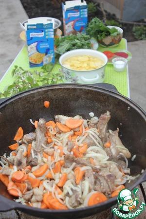 Добавляем лук и морковь, обжариваем помешивая минут 20.