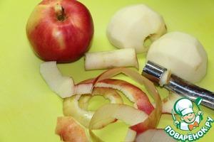 Яблоки очистить от кожуры, удалить сердцевину.