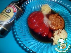 Приготовить маринад. В соевый соус добавить горчицу (можно любую), масло, соль, кетчуп, натертый имбирь свежий и чеснок.
