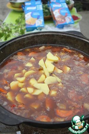 Закладываем картофель и заливаем всё горячей водой, чтобы покрыло на 2 пальца. Закрываем крышкой и варим час помешивая.
