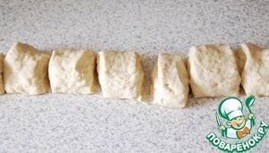 Еже раз вымесить тесто, скатать в колбаску и разрезать на 7 частей.
