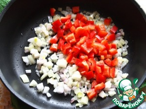 Bulgarian pepper to wash, remove seeds, cut into cubes and add to the onions. Fried vegetables for 3 minutes.