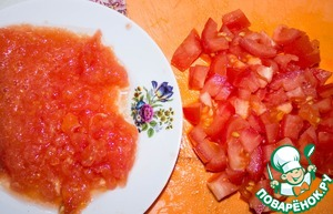 Готовим соус. Один помидор мелко нарезаем, второй натираем на терке.