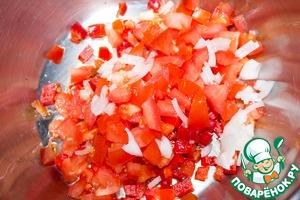 В кастрюлю или небольшую сковороду наливаем масло, выкладываем перец, помидор нарезанный, лук. Обжариваем 3 минуты.