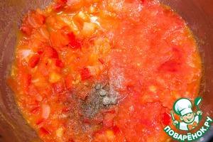 Добавляем помидорное пюре, перец черный, душистый. Тушим, помешивая,7 минут. Снимаем огня. Соус готов.