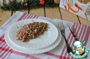 Get ready bags with the buckwheat with a fork, give water to drain.  Put the buckwheat on a plate.