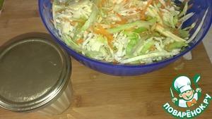Если хотите подать сразу, то полейте салат соусом и перемешайте. Приятного аппетита!