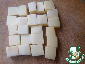 Нарезаем сыр кубиками.