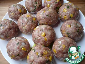 Carefully wrap the cheese in the stuffing, molding meat ball. Ensure that there are no cracks on the surface of the meat (otherwise when frying, all the cheese will leak). So prepare all the meatballs.
