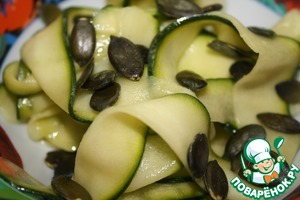 On a dry pan to bake the seeds until Golden brown. I do it in the microwave. Drain the marinade from the zucchini. Add the vegetable oil, seeds and mix. Help yourself to health!  Bon appetit!
