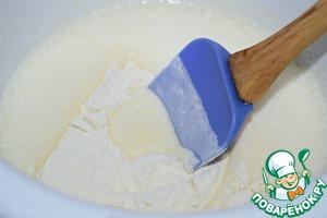 Муку просеять с разрыхлителем, добавить щепотку соли, перемешать.    В два-три приема ввести мучную смесь в яично-сахарную массу. Перемешать лопаткой.
