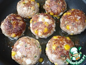 In a pan heat vegetable oil and fry the meatballs for 2 minutes on each side.