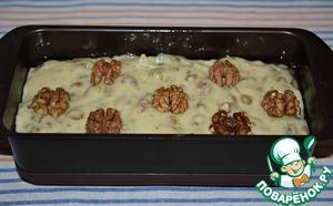 Форму для выпечки смазать растительным маслом (я использовала форму 21*10*6, можно взять круглую форму диаметром 18, максимум 20 см), выложить тесто, разровнять. Сверху выложить целые половинки орехов.