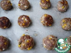 Then lay the meatballs on a baking tray covered with baking paper (then to the meatballs better removed from the pan). The pan with the meatballs and put in a preheated 190 degree oven for 15-20 minutes.