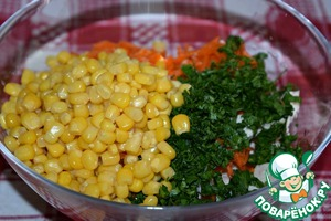 Put the ingredients in a salad bowl, add canned corn.