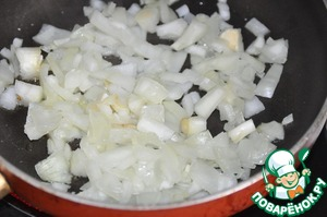 At the same time preparing the usual tomato sauce. In vegetable oil fry until transparent chopped onion.