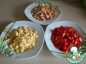 Одинаковыми кубиками нарезать копченую курочку (у меня грудка), сыр и перец.
