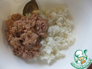 Today I prepared this casserole for dinner)  Rice pour in bowl, mash tuna with a fork and add to rice, mix well
