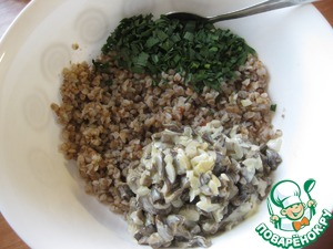 Гречку из пакетика выложить в миску, добавить смесь грибов с луком, зеленый чеснок, соль-перец