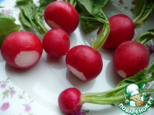 """Radish wash, dry, wipe with a paper towel to remove """"tail"""" and limp leaves, leaving a few (sorry, I have radishes from the store and the tops were not the first freshness). For this simple snack is better to take small radishes, so that you comfortably eat in one bite."""