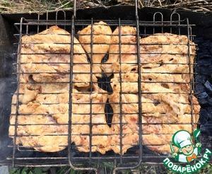 Выкладываем грудки на решётку-гриль и жарим на углях до готовности.