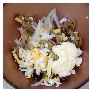 Остывшие баклажаны выложить в салатник. Добавить заправку, яйца натереть на крупной терке. Лук отжать от лишней жидкости и добавить к салату. Все перемешать и при желании украсить веточкой кинзы.
