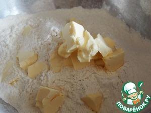Размер формы 20Х30 см.   В миске смешать муку, яйцо, соль и нарезанное кусочками масло.