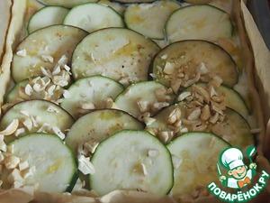 Посыпать пирог орехами и выпекать в разогретой духовке при температуре 180 градусов примерно 30 минут.