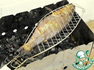 Обжаривать рыбу необходимо над хорошо прогоревшими угольками в течение 10-12 минут с каждой стороны. Рыба готовится довольно быстро, и поэтому ее пересушивать не надо.