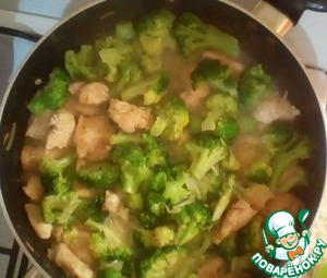 Then to the chicken add the cabbage, onion, pour a little (~50ml) of hot boiled water, close the lid and simmer 15 minutes on low heat until tender.