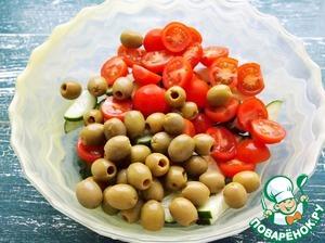 С оливок слить жидкость и добавить к огурцам с помидорами.