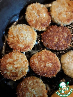 With the appearance of Golden brown turn the cutlets to the other side.