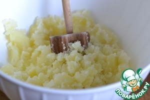Картофель почистить и отварить до готовности.   Воду слить и размять картофель в пюре.   Дать слегка остыть