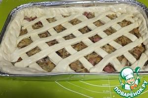 Меньшую часть тесто раскатываем и накрываем верх. Мне захотелось сделать красивую решетку. Поэтому я раскатала тесто и нарезала его на полоски. Смазываем белком.    Убираем в разогретую до 180 градусов духовку на 35-40 минут. Пирог вкусен, как в горячем, так и в холодном виде.