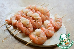 Thread shrimp on skewers, I have them large, fits only 3-piece, pierced the shrimp in 2 places;