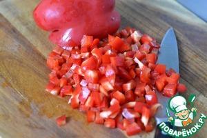 Болгарский красный перец и зеленый лук нарезать на маленькие кусочки.